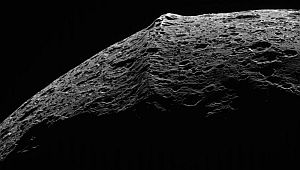 The equatorial mountain range on Saturn's moon Iapetus